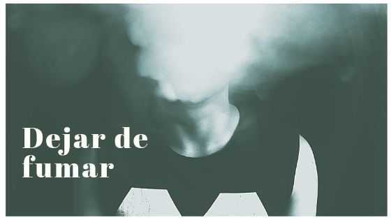 fumador exhalando humo