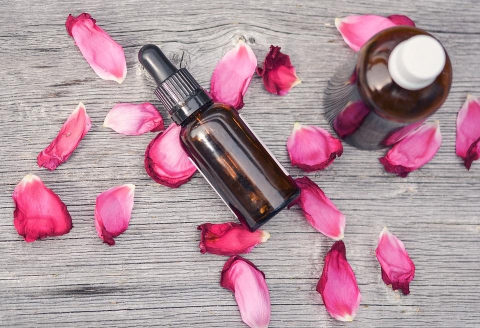 frascos de aceites esenciales y pétalos