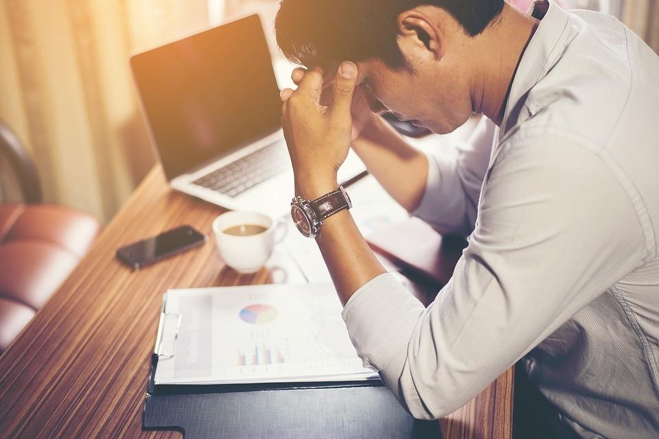 mujer estresada trabajando