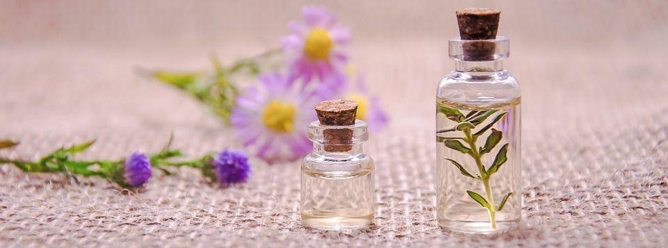 frascos para aceites esenciales y plantas