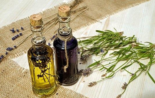 frascos de aceite y tallos de lavanda