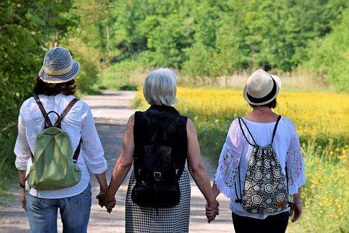 tres mujeres caminando, de espaldas