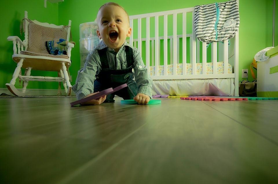 Niño jugando nervioso