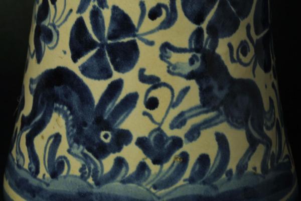 detalle de un albarelo de escornalbou con figuras de animales