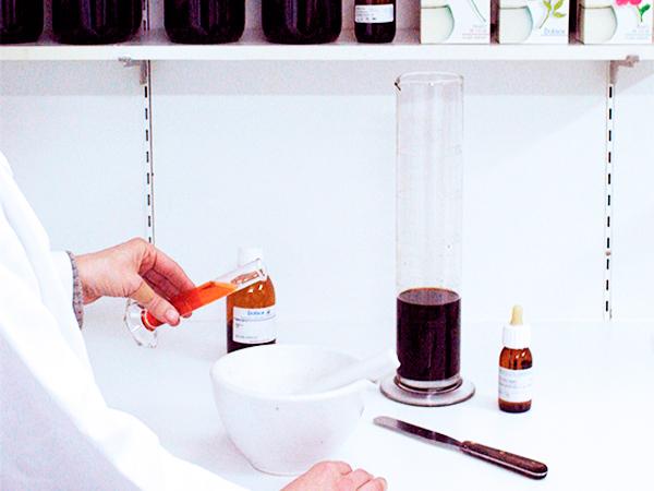 preparación de fórmulas magistrales en Farmacia Serra