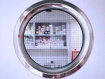 sala blanca de Farmacia Serra vista desde la puerta